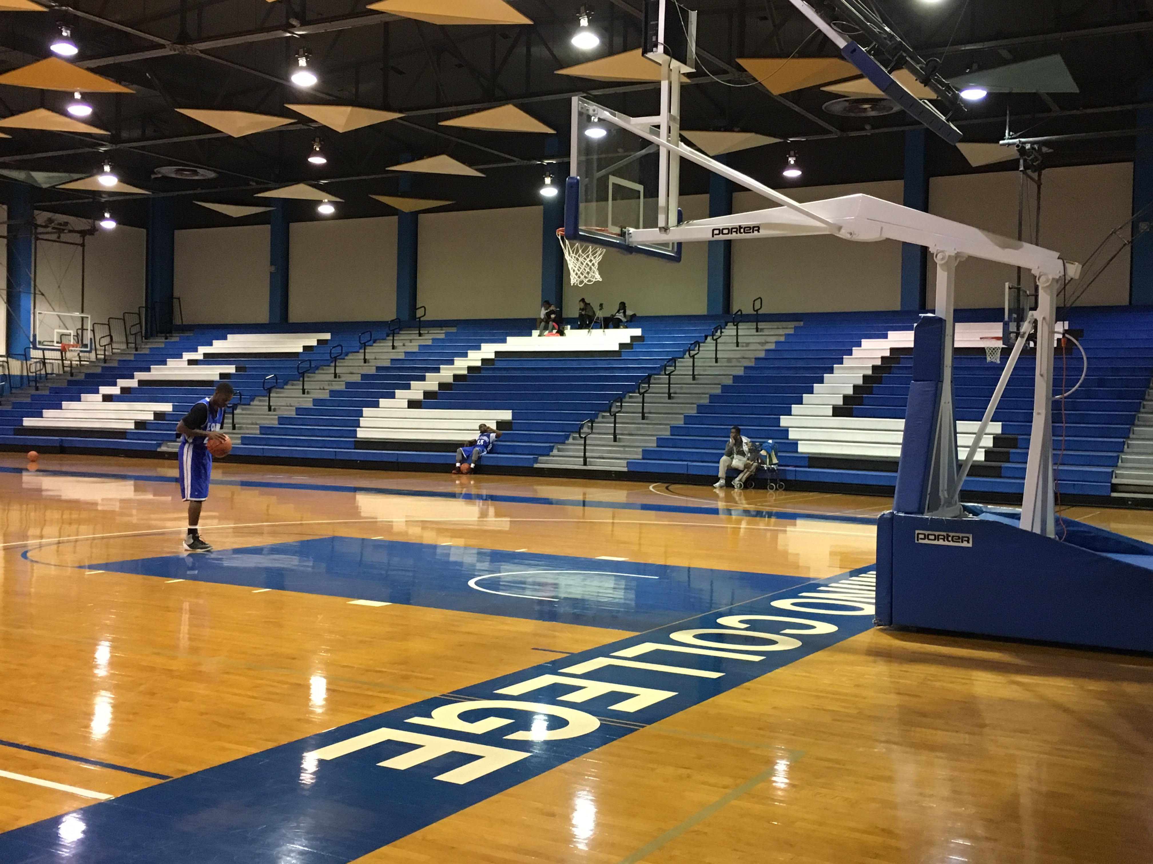 A men's basketball player works on free throws before a recent scrimmage in the North gym at El Camino. Photo credit: Eric Ramos