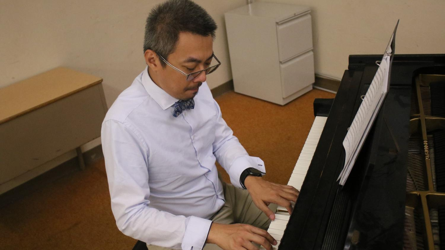 EC music instructor Alan Chan performs an impromptu piano piece in the Music Building, on Monday, April 22. Chan will conduct and play piano in his upcoming concert alongside one of the greatest wind players Guo Yazhi in the Alan Chan Jazz Orchestra with Guo Yazhi concert on May 10 at the Marsee Auditorium. Photo credit: Rosemary Montalvo