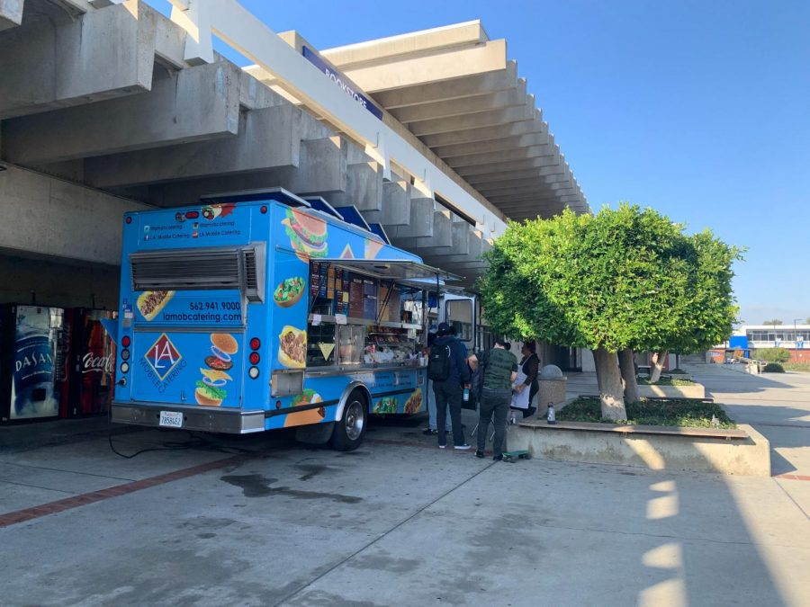 Students+order+food+from+the+LA+Mobile+Catering+food+truck+located+next+to+the+El+Camino+College+Bookstore+on+Tuesday%2C+Oct.+8.+The+truck+was+brought+on+El+Camino+College+to+rectify+food+options+available+to+students+on+the+north+side+of+campus+two+years+after+The+Manhattan+Deli+closed+down.+Rosemary+Montalvo%2FThe+Union