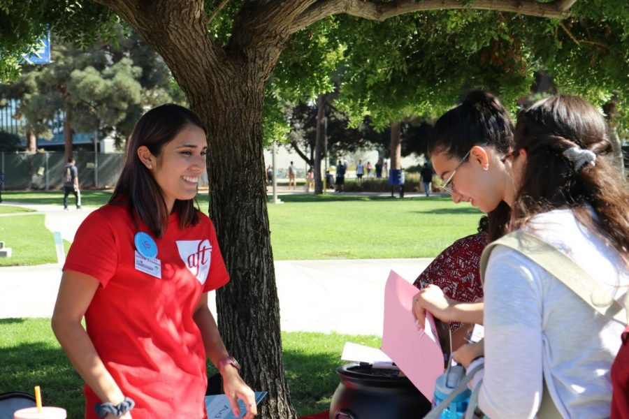 Selene Torres, part time instructor and counselor at El Camino College, welcomes a group of students to write thank-you notes for adjunct  professors at the Library Lawn on Tuesday, Oct. 22. Jeremy Yap/Special to the Union