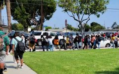 Crowds of students at Alexander Fleming Middle School in Lomita line up as soon as the bell rings, awaiting their ride home. Many parents whose children attend school at Fleming Middle School deal with the stress of letting their children go to school during the pandemic. Photo by Maureen Linzaga